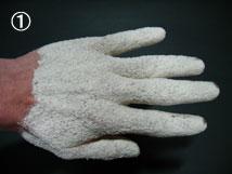 手を湿らし、粉末タイプ樹液シートを付着させます。